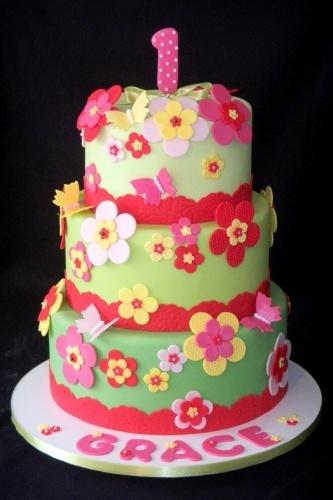 O bolo desse aniversário de menina tem cores bem vivas e alegres. As flores e as borboletas que decoram o bolo são feitas com a famosa pasta americana, tudo criado pela Sweet Carolina The Art of Cake (www.sweetcarolina.com.br)