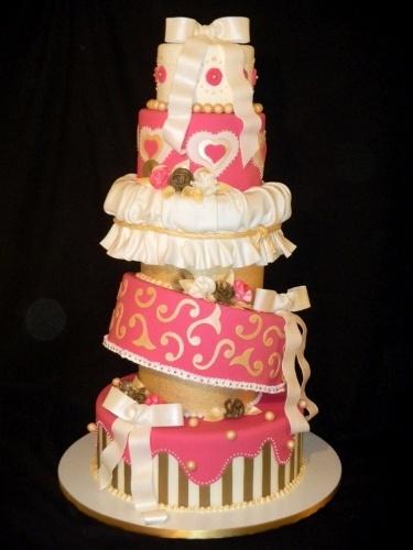 Só de olhar é possível entender porque o nome deste bolo é Torto. O bolo altíssimo é da Sweet Carolina The Art of Cake (www.sweetcarolina.com.br)