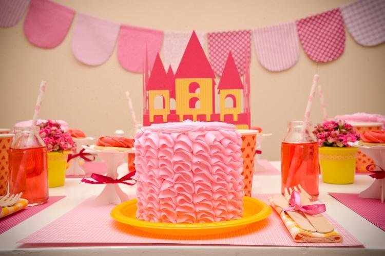 Uma boa ideia que vai encher os olhos dos convidados é a de bolos individuais, decorados com o mesmo primor que seria um único bolo no centro da mesma. A sugestão é da Caraminholando (www.caraminholando.com.br)