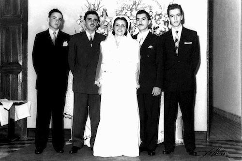 12.jul.1952 - José Sarney posa ao lado da noiva Marly Macieira e dos cunhados Claúdio Macieira, José Carlos Macieira e o primo Carlos César