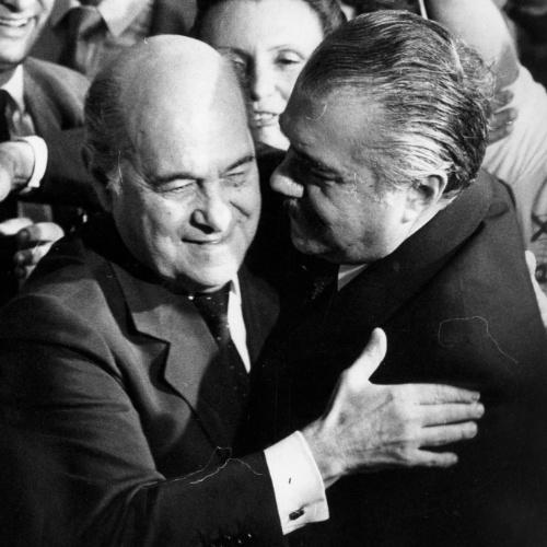 15.jan.1985 - Tancredo Neves (à esq.) recebe os cumprimentos de José Sarney no Congresso Nacional, ao ser proclamado presidente da República