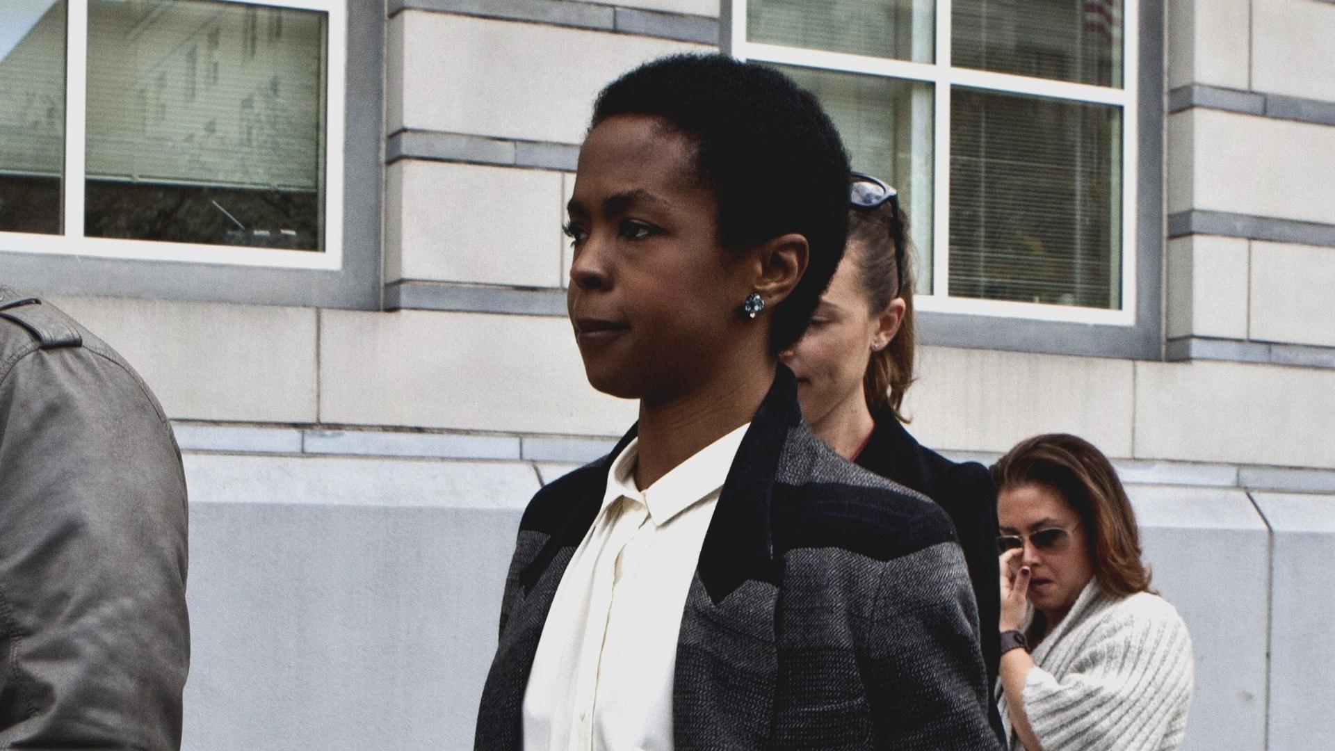 22.abr.2013 - Cantora Lauryn Hill deixa a corte após ter sentença em caso de songeção adiada