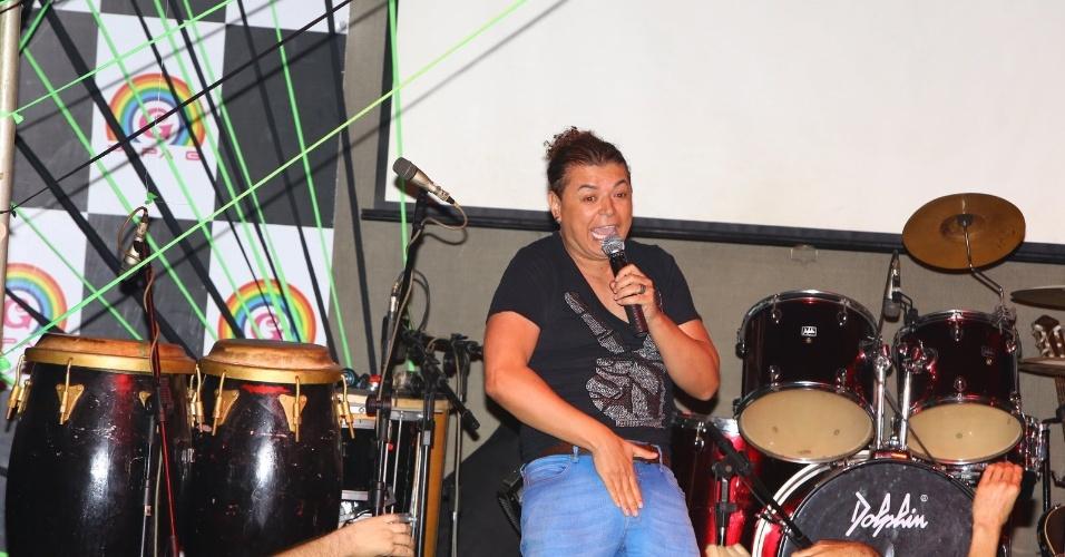 22.abr.2013 - David Brazil prepara o público para o show da funkeira Valesca Popozuda em casa noturna gay no Rio de Janeiro