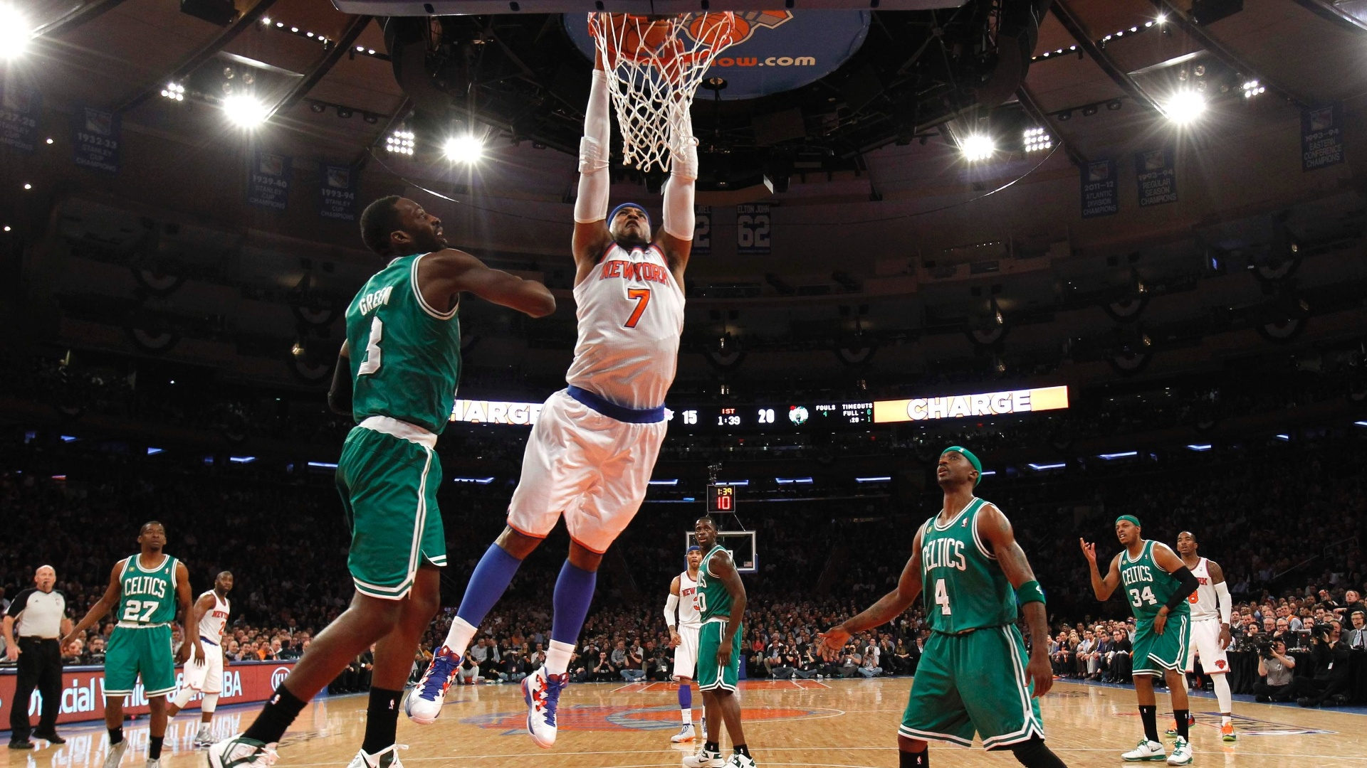 23.abr.2013 - Carmelo Anthony, dos Knicks, vence a marcação dos Celtics e dá uma enterrada