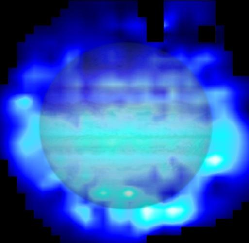 """23.abr.2013 - A água que existe na camada superior da atmosfera de Júpiter surgiu após o impacto do cometa Shoemaker-Levy 9, ocorrido em julho de 1994, comprova o observatório espacial Herschel. O mistério foi resolvido depois que os cientistas descartaram que a fonte seria interna, já que não é possível para o vapor d'água passar pela """"armadilha"""" muita fria de ar que separa a troposfera (onde se formam as nuvens) da estratosfera. Quando passaram a buscar as razões do lado de fora do planeta, o observatório da Agência Espacial Europeia (ESA, na sigla em inglês) fez um mapeamento em infravermelho da concentração de H2O e viu que havia 3 vezes mais  água no hemisfério Sul (com manchas brancas e azuis claras), onde o cometa deixou mais de 21 fragmentos com o impacto, do que no polo Norte de Júpiter (manchas escuras)"""