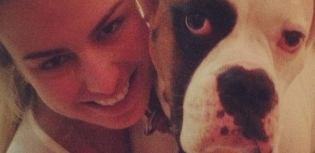 23.abr.2013 - A vencedora do BBB 13 Fernanda Keulla postou uma foto abraçando o Johnny, cachorro da atriz Giovanna Ewbank.