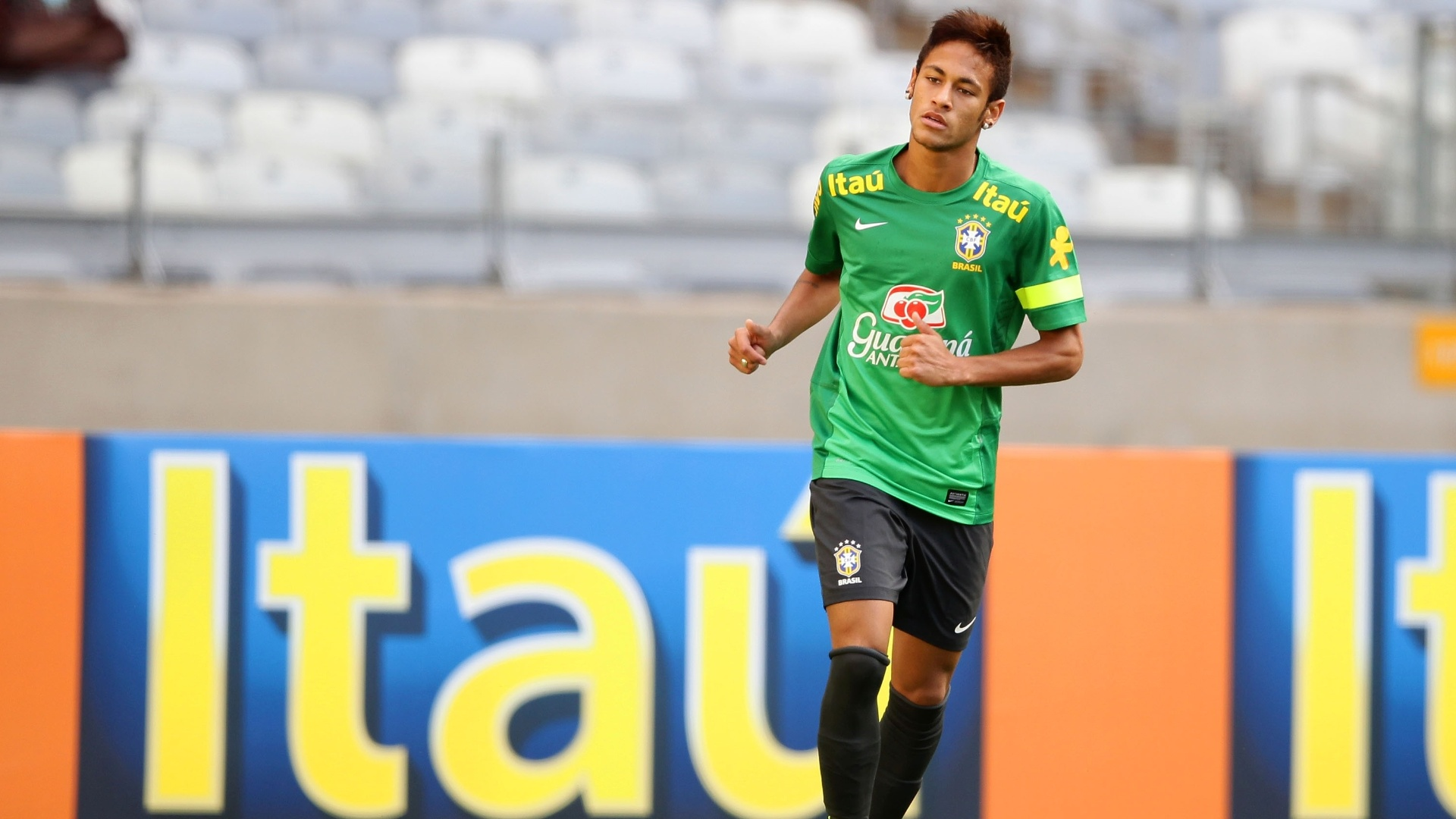 23.abr.2013 - Atacante Neymar treina no Mineiro para o amistoso contra o Chile