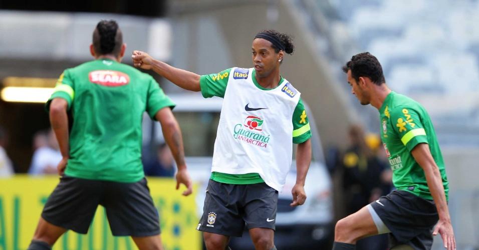 23.abr.2013 - Cercado por Réver e Ralf, Ronaldinho Gaúcho domina a bola durante o treino no Mineirão