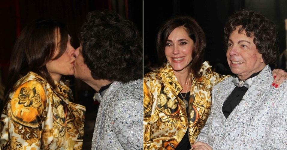 23.abr.2013 - Christiane Torloni dá selinho em Cauby Peixoto em espetáculo do cantor em São Paulo