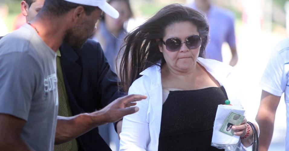 23.abr.2013 - Kelly dos Santos, filha do ex-policial Marcos Aparecido dos Santos, o Bola, acusado de matar, esquartejar e ocultar o corpo da modelo Eliza Samudio, chega ao Fórum de Contagem, região metropolitana de Belo Horizonte (MG), na manhã desta terça-feira (23), para o segundo dia do julgamento