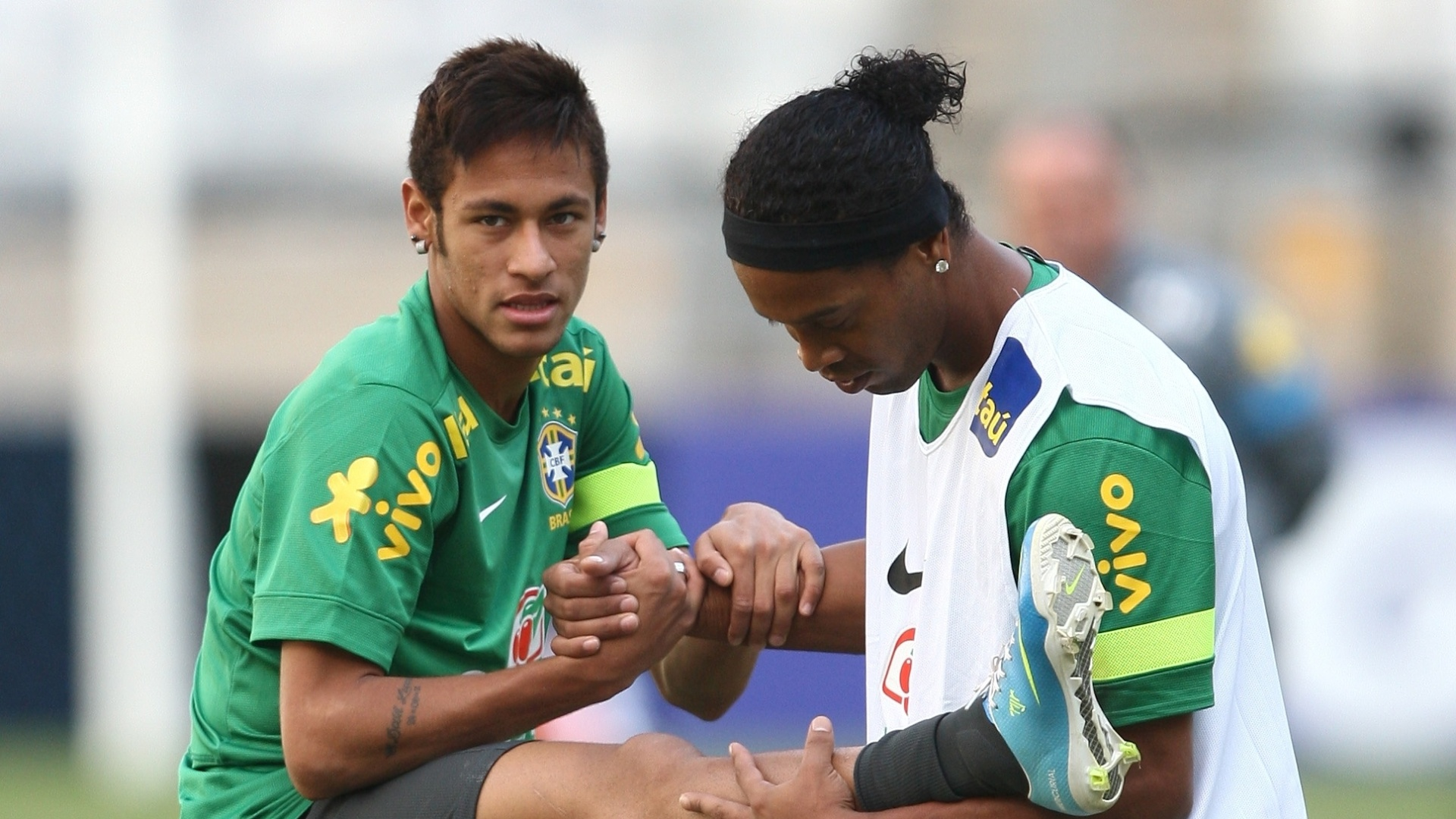 23.abr.2013 - Meia Ronaldinho Gacho ajuda o atacante Neymar no aquecimento no treino da seleo brasileira  no Mineiro