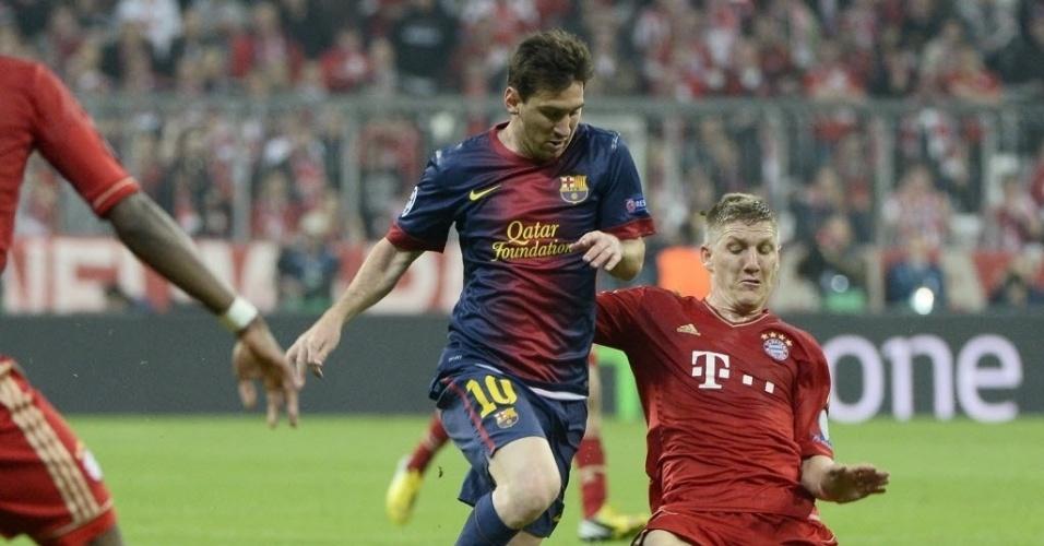 23.abr.2013 - Messi é desarmado por Schweinsteiger na partida entre Barcelona e Bayern de Munique