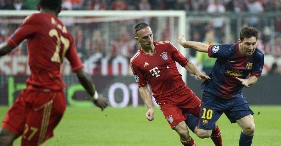 23.abr.2013 - Messi sofre com a marcação de Ribery na partida entre Bayern de Munique e Barcelona