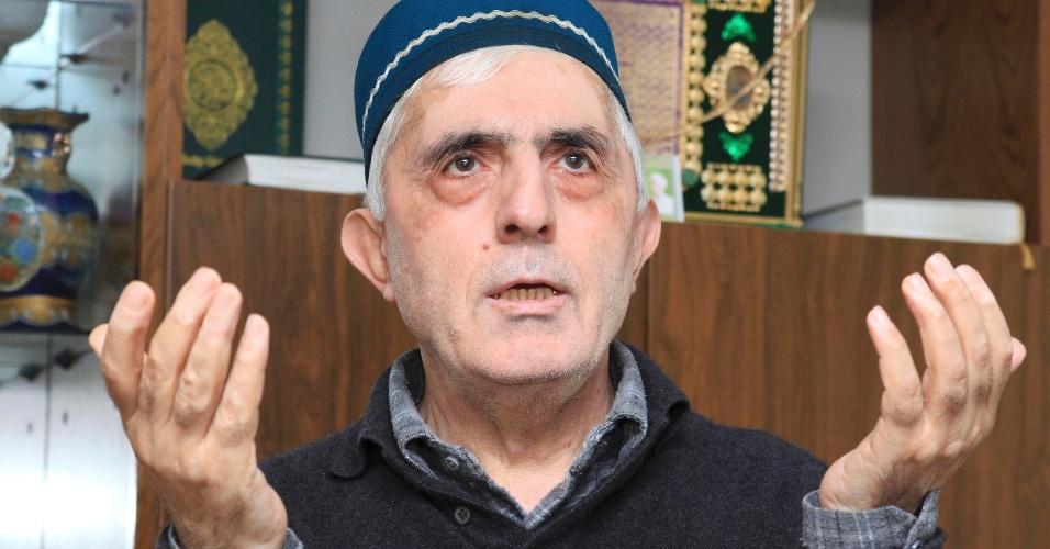 23.abr.2013 - Muhamad Suleimanov, tio de Dzhokhar e Tamerlan Tsarnaevdos, suspeitos de terem cometido ataque a bombas na Maratona de Boston (EUA), é fotografado em sua casa em Makhachkala, no Daguestão
