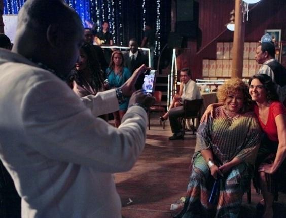"""23.abr.2013 - Nos bastidores de Salve Jorge"""", Nando Cunha tira foto de Solange Badim com Alcione"""