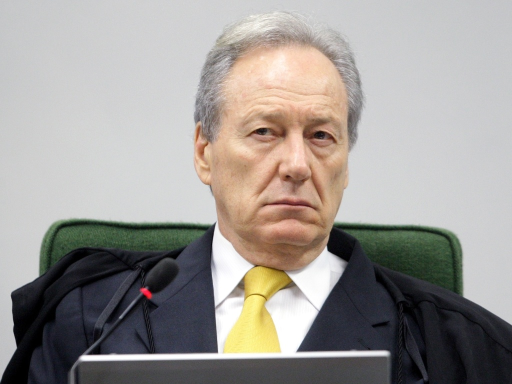 23.abr.2013 - O ministro do STF (Supremo Tribunal Federal) Ricardo Lewandowski, presidente interino da Suprema Corte, presise sesso da 2 turma do tribunal, nesta tera-feira (23). Lewandowski afirmou que no se pode ter 