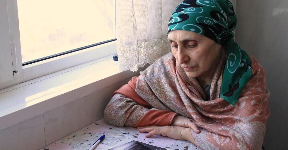 23.abr.2013 - Patimat Suleimanova, tia de Dzhokhar e Tamerlan Tsarnaevdos, suspeitos de terem cometido o atentado a bombas em Boston (EUA), é fotografada em sua casa em Makhachkala, no Daguestão