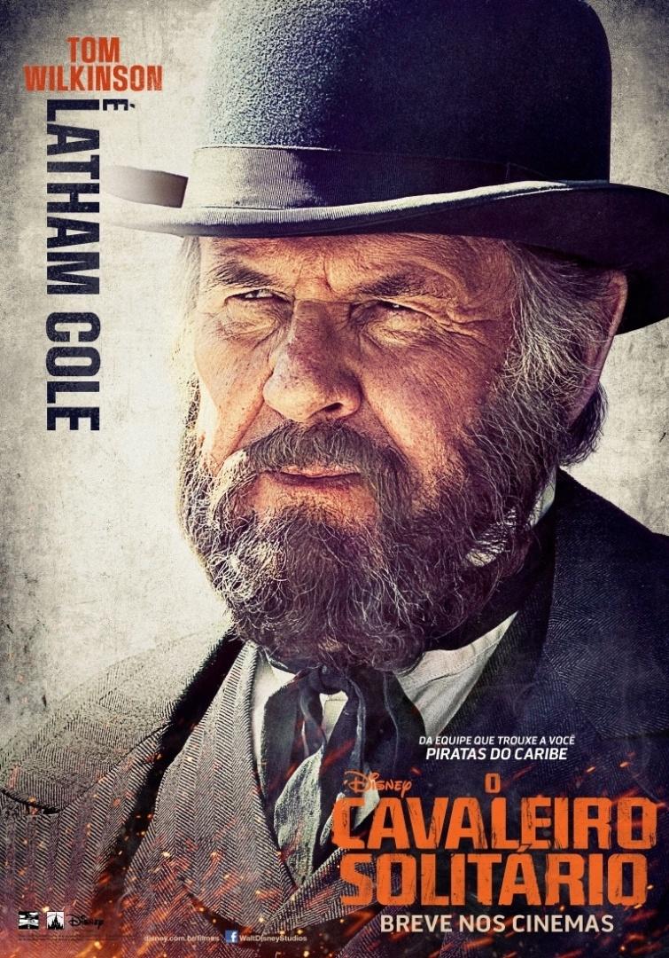 """Pôster nacional do filme """"O Cavaleiro Solitário"""" mostra Tom Wilkinson como o personagem Latham Cole, que busca apenas expandir as fronteiras do país, sem se importar com as consequências"""