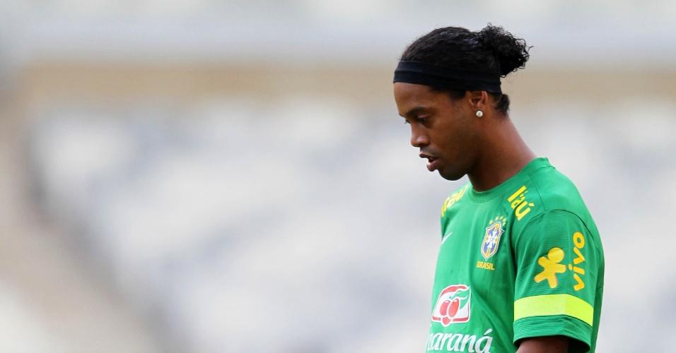 23.abr.2013 - Ronaldinho Gaúcho brinca com a bola durante o treino da seleção brasileira para o amistoso contra o Chile
