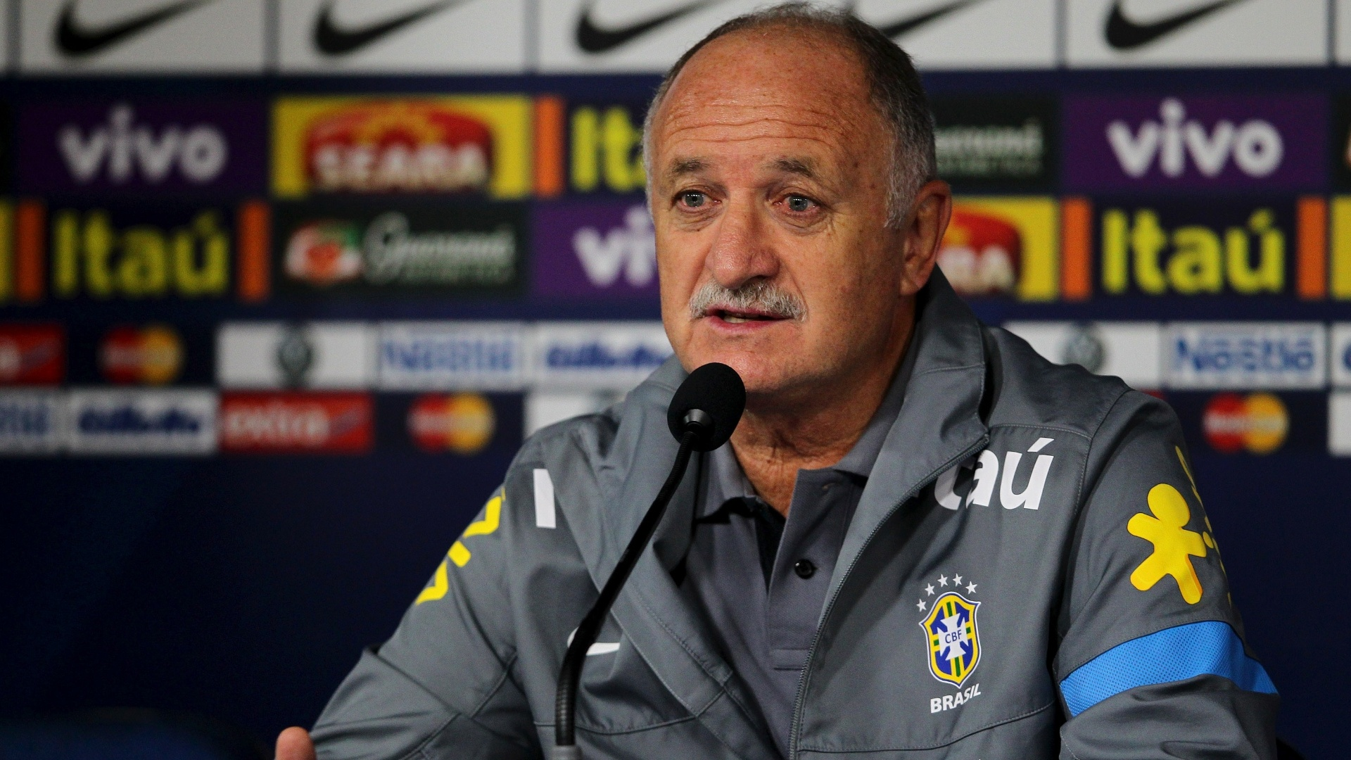23.abr.2013 - Tcnico Luiz Felipe Scolari concede entrevista coletiva aps o treinamento da seleo brasileira