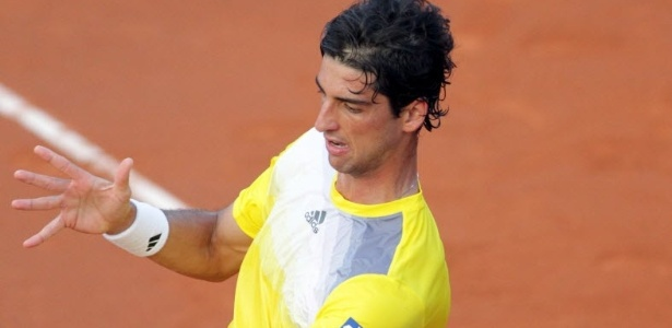 23.abr.2013 - Thomaz Bellucci rebate contra Pablo Carreno-Busta na estreia no Torneio de Barcelona
