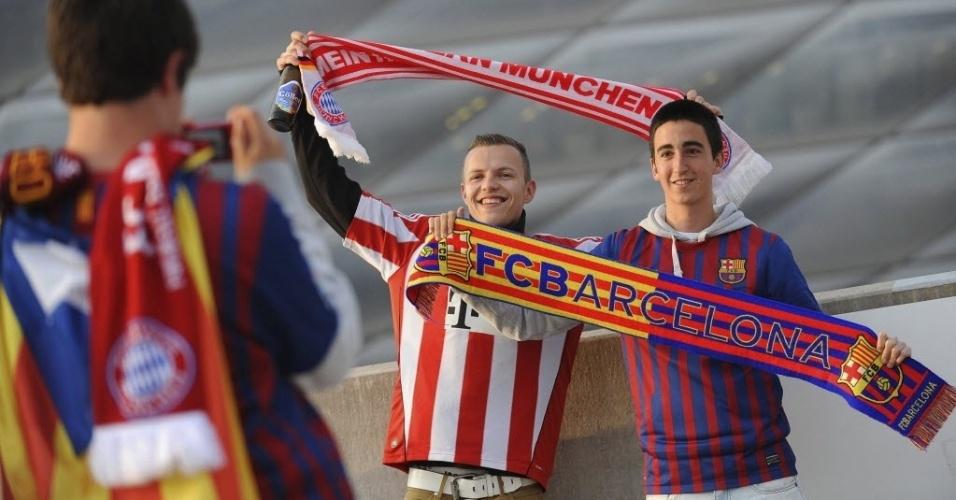 23.abr.2013 - Torcedores de Bayern e Barcelona confraternizam antes do jogo de ida da semifinal da Liga em Munique