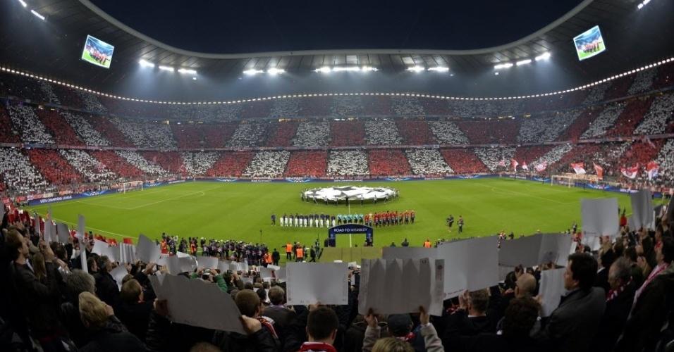 23.abr.2013 - Torcida do Bayern de Munique faz mosaico para apoiar o time contra o Barcelona pela Liga dos Campeões