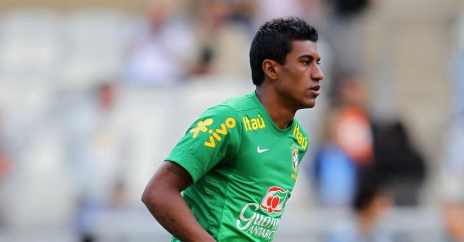 23.abr.2013 - Volante Paulinho carrega a bola durante o treino da seleção no estádio do Mineirão