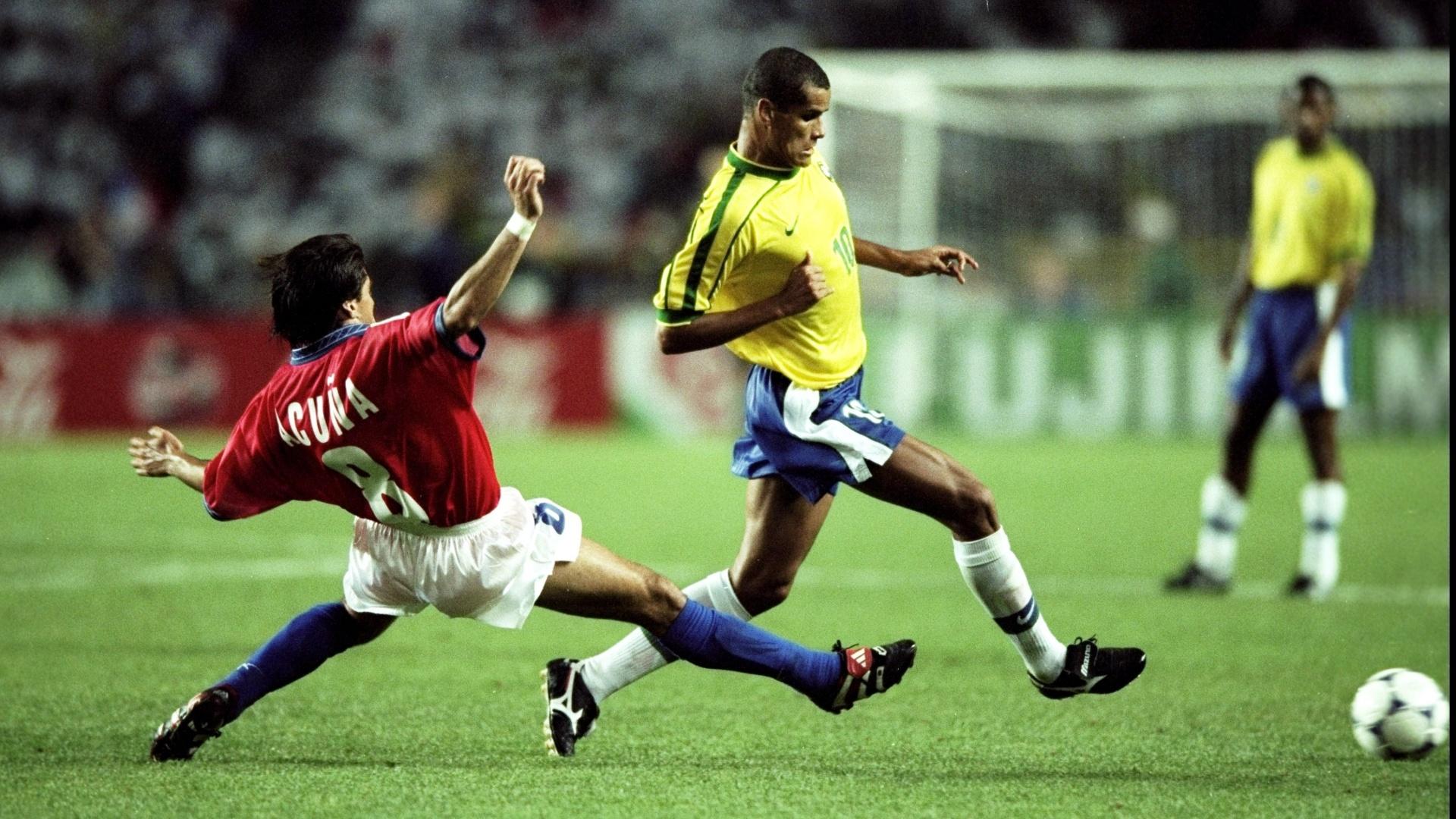 27.jun.1998 - Meia Rivaldo em ação durante a vitória por 4 a 1 do Brasil sobre o Chile, pelas oitavas da Copa do Mundo 1998