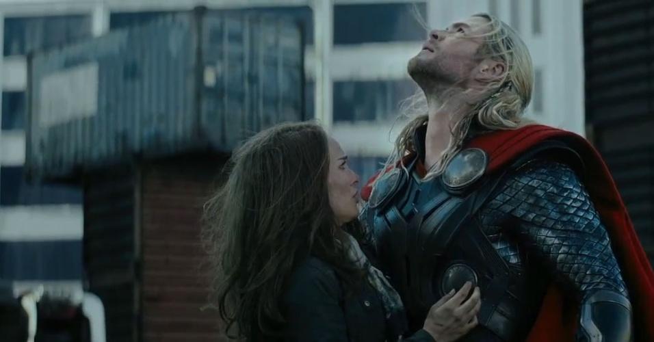 Chris Hemsworth e Natalie Portman em cena de