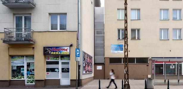 A Casa Keret (ao centro) fica no espaço estreito entre um edifício e um conjunto habitacional em Varsóvia