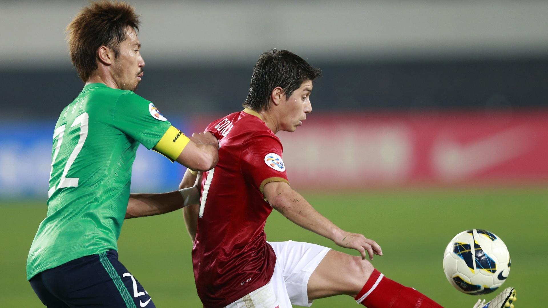 Conca, meia do Guangzhou Evergrande, recebe marcação de jogador do Urawa Red Diamonds