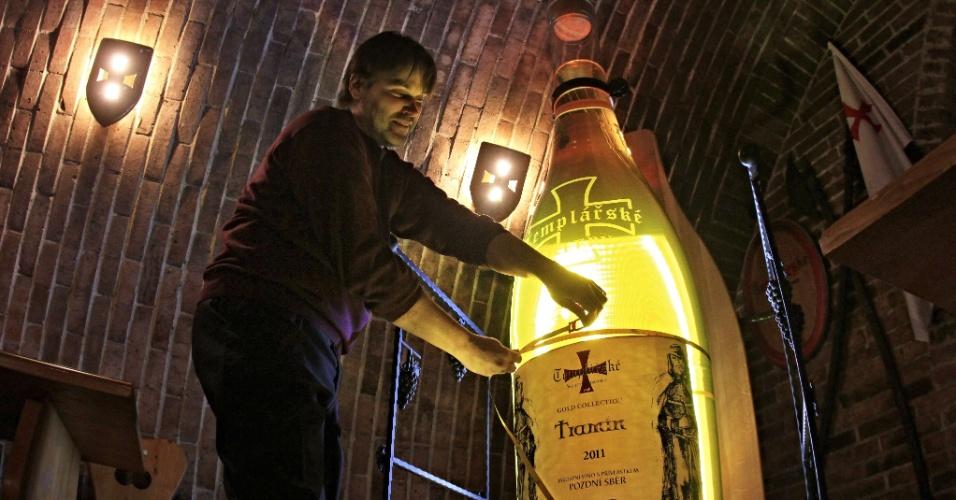 Representante do Livro dos Recordes mede garrafa gigante de vinho em Cejkovice, ao sul da República Tcheca. A garrafa, que tem mais de dois metros de altura e pode armazenar mais de 200 litros de vinho, foi registrada como a maior garrafa de vinho da República Tcheca