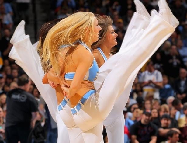 23.abr.2013 - Cheerleaders do Denver Nuggets mostram elasticidade durante apresentação em partida da equipe nos playoffs da NBA