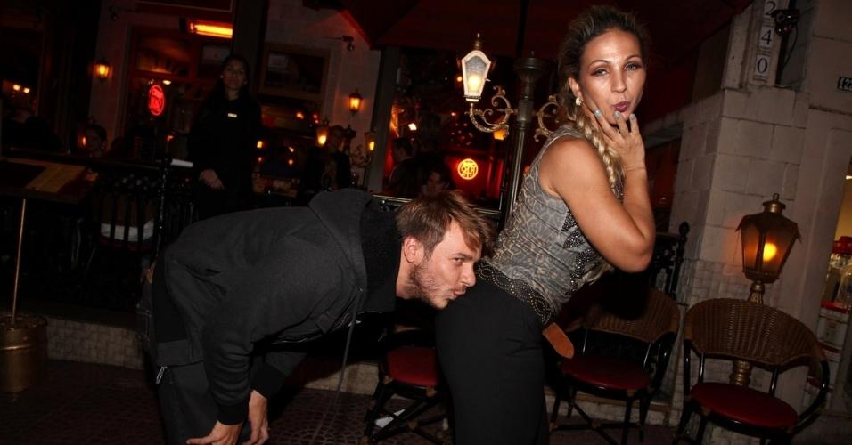23.abr.2013 - Valesca Popozuda ganha beijo no bumbum de Thiago Fortes em restaurante de São Paulo