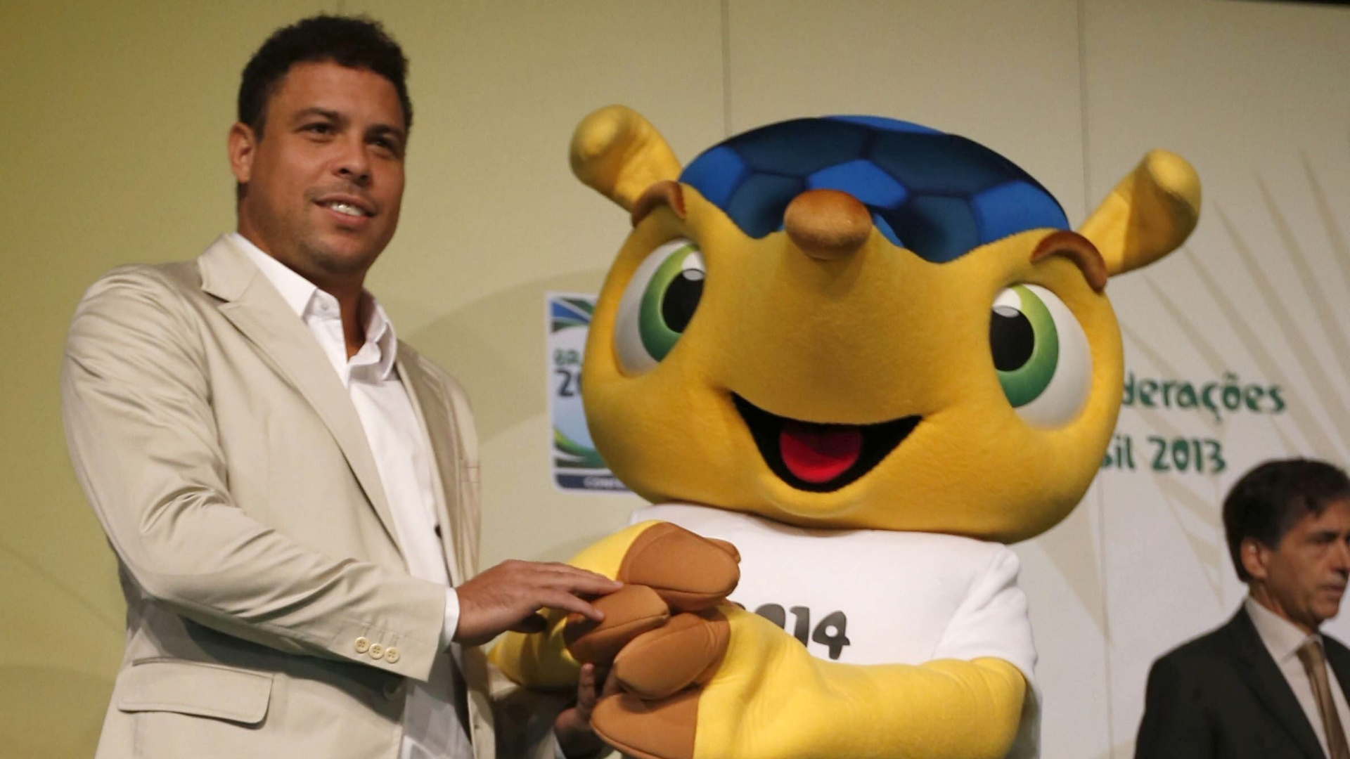 23.fev.2013 - Ronaldo, membro do COL, e o mascote Fuleco participam de evento promocional da Copa das Confederaes 2013, em Madri (Espanha)