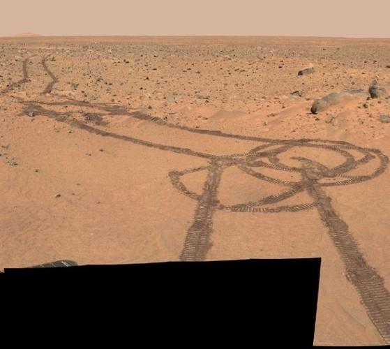 """24.abr.2013 - A foto do que parece um pênis desenhado por um dos robôs da Nasa (Agência Espacial Norte-Americana) no solo de Marte foi postada no site Reddit e viralizou em pouco tempo. Um usuário achou a imagem no site de projetos de voo da exploração do Sistema Solar, no link do """"Mars Exploration Rover"""" que conta com os robôs Spirit e Opportunity, lançado em 2003. Não se sabe qual dos robôs fez o desenho, mas a explicação é que ele rodou em círculos até achar uma saída de um banco de areia"""