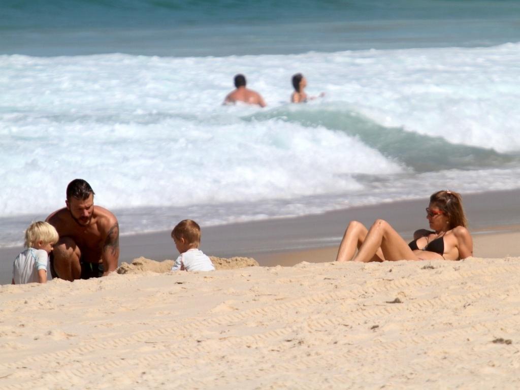 24.abr.2013 - Acompanhados dos filhos, os gêmeos João e Francisco, Fernanda Lima e Rodrigo Hilbert curtiram praia no Leblon, zona sul do Rio