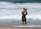 Fernanda Lima e Rodrigo Hilbert curtem praia com os filhos 