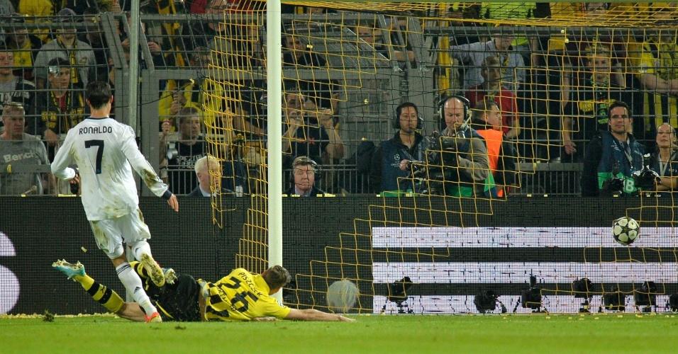 24.abr.2013 - Cristiano Ronaldo aproveita bobeira de Hummels para igualar o placar para o Real Madrid contra o Borussia Dortmund