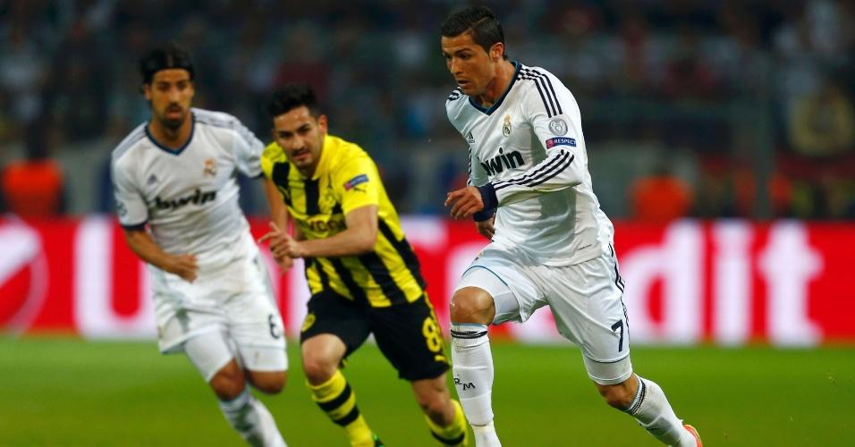 24.abr.2013 - Cristiano Ronaldo conduz a bola na partida entre Real Madrid e Borussia Dortmund na Liga dos Campeões