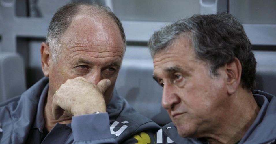 24.abr.2013 - Felipão e Carlos Alberto Parreira conversam no banco de reservas durante a partida do Brasil contra o Chile