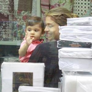 24.abr.2013 - Grazi Massafera se divertiu com a filha, Sofia, em um parquinho localizado na zona oeste do Rio. A menina é fruto do casamento da atriz com Cauã Reymond