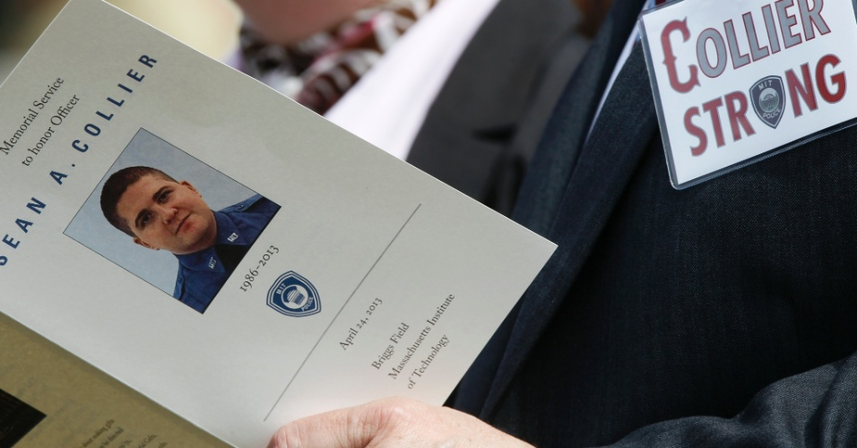 24.abr.2013 - Homem segura programa do funeral do policial Sean Collier, morto durante perseguição aos irmãos Tsarnaev, segundo autoridade americanas. A homenagem foi realizada nesta quarta-feira, no campus do MIT (Massachusets Institute of Technology), em Cambridge, nos Estados Unidos