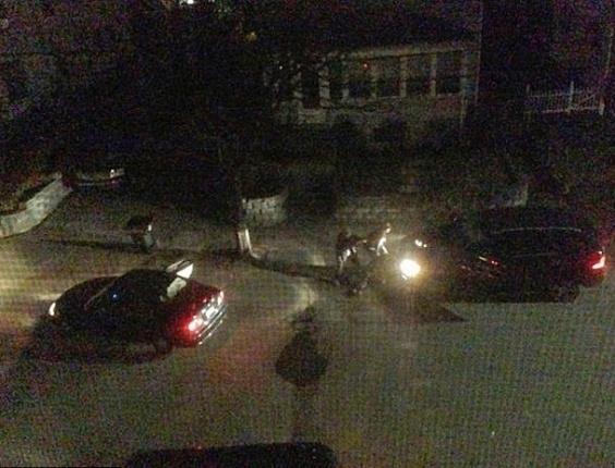 24.abr.2013 - Imagem feita por Andrew Kitzenberg, morador da rua Laurel, em Watertown, perto de Boston (EUA), mostra o confronto entre os irmãos Tsarnaev (no centro da foto) e policiais na madrugada da sexta-feira (19). No tiroteio, o irmão mais velho, Tamerlan Tsarnaev, 26, morreu baleado. O mais novo, Dzhokhar Tsarnaev, 19, foi preso. Eles são suspeitos pelos ataques na Maratona de Boston que deixaram três mortos e 264 feridos