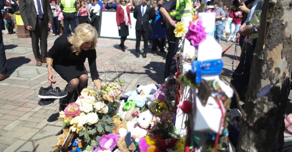 24.abr.2013 - Jill Biden, mulher do vice-presidente americano Joe Biden, deposita flores em memorial improvisado, feito para homenagear as vítimas dos atentados de Boston, em Cambridge (Estados Unidos). Nesta quarta-feira (24), milhares de pessoas compareceram ao funeral do policial Sean Collier, que morreu na última quinta-feira (18) durante perseguição aos irmãos Tsarnaev, segundo autoridades americanas