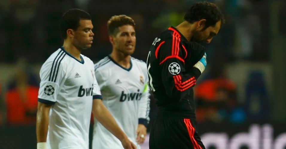 24.abr.2013 - Jogadores do Real Madrid saem desolados após a derrota por 4 a 1 para o Borussia na semifinal da Liga dos Campeões