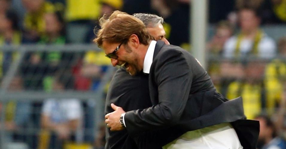 24.abr.2013 - Juergen Klopp, do Borussia Dortmund, dá risada ao cumprimentar José Mourinho, do Real Madrid