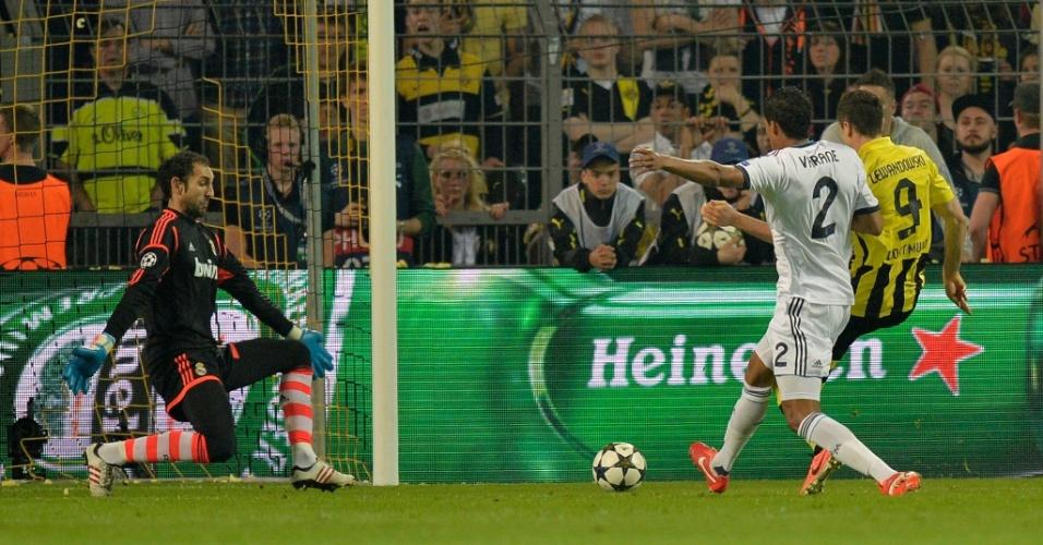 24.abr.2013 - Lewandowski recebe em posição regular e faz o segundo gol do Borussia contra o Real Madrid