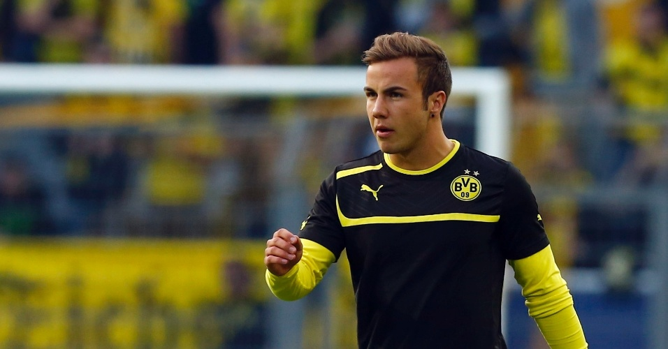 24.abr.2013 - Meia alemão Mario Gotze, do Borussia Dortmund, mas já vendido para o rival Bayern de Munique, faz aquecimento no gramado